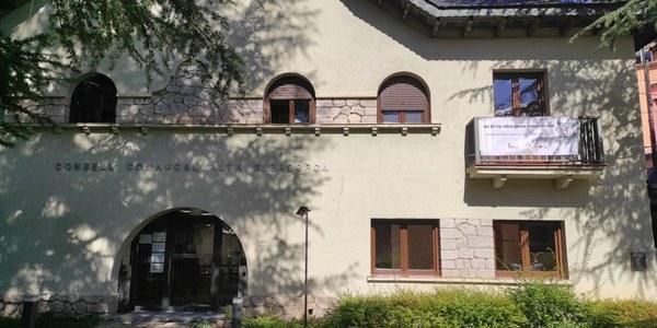 pancarta de suport penjada a la façana del Consell